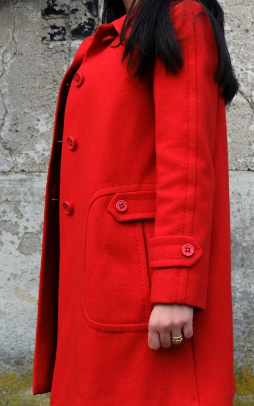 Look de milf en vintage: Une histoire de manteau rouge